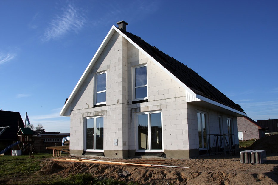 дом с косой крышей из газобетона