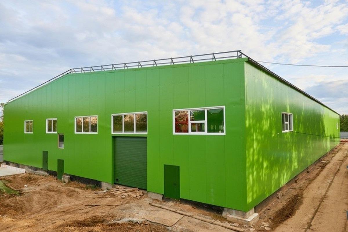 зеленое здание из сэндвич панелей